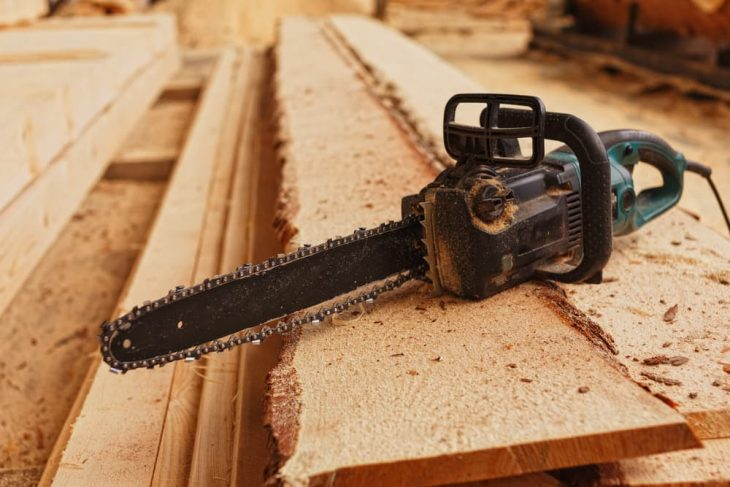 electric chainsaw milling wood