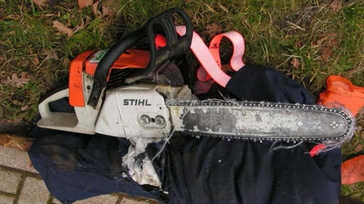 how do chainsaw chaps work