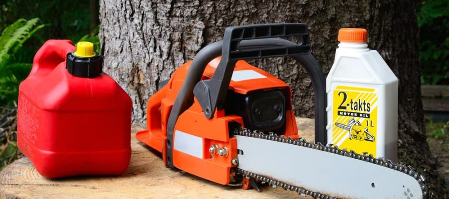 chainsaw-with-gas-and-oil